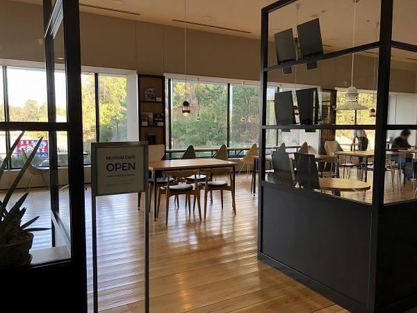 トヨタ博物館ブックカフェ「CARS & BOOKS」